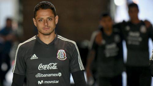 Chicharito en un entrenamiento de México