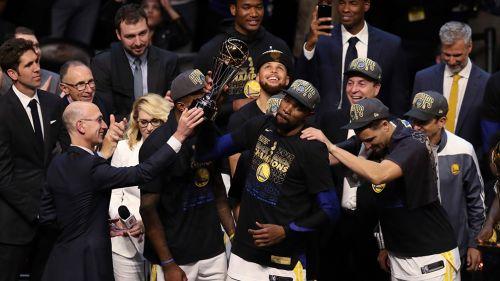 Jugadores de Golden State levantan el trofeo
