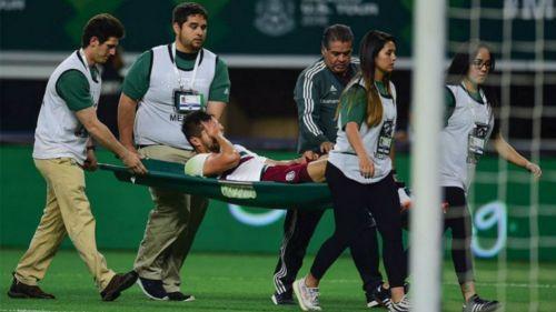 Néstor Araujo sale en camilla del partido contra Croacia