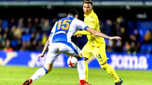 Roger Martinez conduce el esférico en un juego con el Villarreal