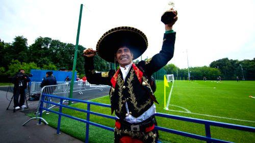 Aficionado mexicano apoya a la Selección en un entrenamiento
