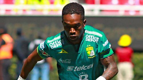 Burbano en un partido con León