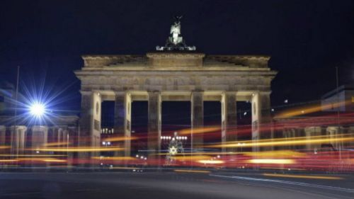 Las luces de los coches iluminan la Puerta de Brandeburgo