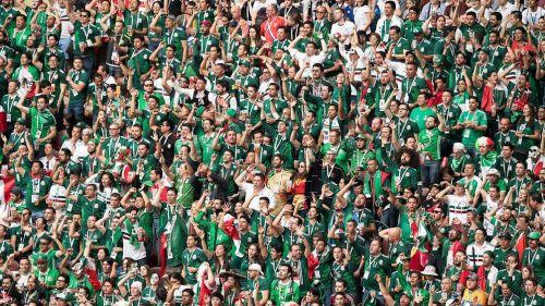 Aficionados mexicanos recogen su basura en estadio donde de Rusia