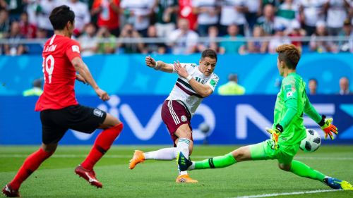 Chicharito define el segundo gol de México