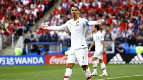 Cristiano Ronaldo reclama falta en un duelo con Portugal