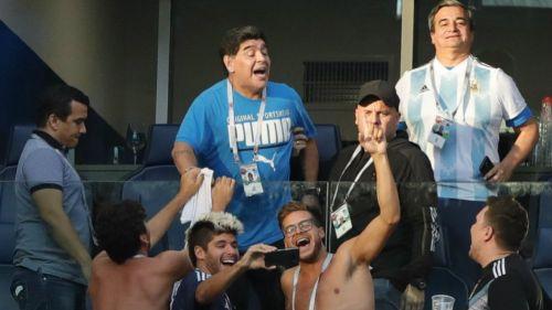 Maradona, en su palco disfrutando del Nigeria vs Argentina