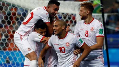 Jugadores de Túnez celebran un tanto contra Panamá