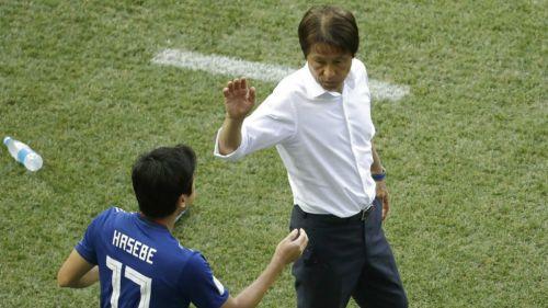 Akira Nishino le da la mano a Hasebe en partido contra Polonia