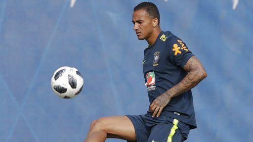 Danilo durante entrenamiento con Brasil