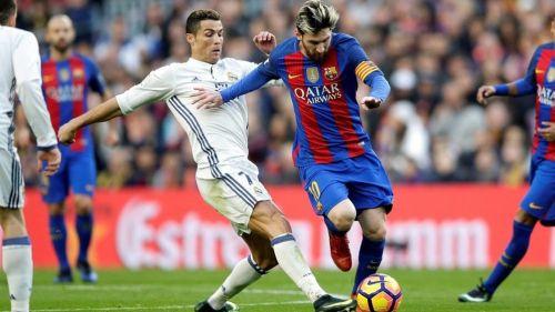 CR7 y Messi pelean el balón en un Clásico de España