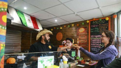 Gente acude a restautante mexicano en Rusia para comer tacos