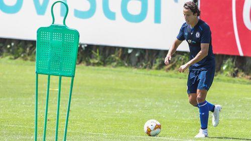 Lichnovsky conduce balón en partido amistoso con Cruz Azul