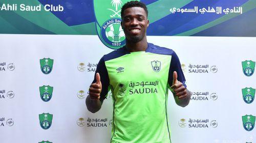 Djaniny posa con la playera del Al-Ahli