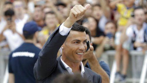 Evra da la bienvenida a Cristiano a la Juventus con una canción