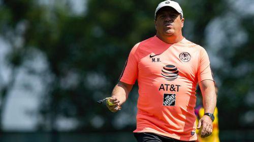 Miguel Herrera dirige un entrenamiento de las Águilas