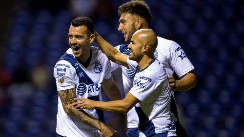 Puebla festeja gol de Arreola frente a Toluca
