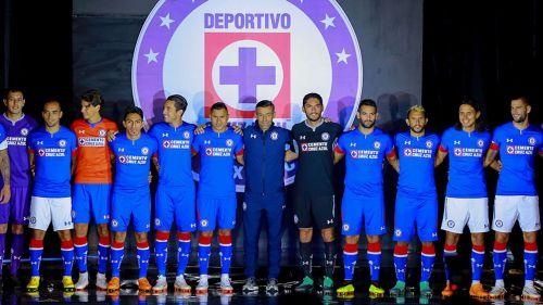 Jugadores de Cruz Azul posan con la playera para el A2018 208822fd636aa