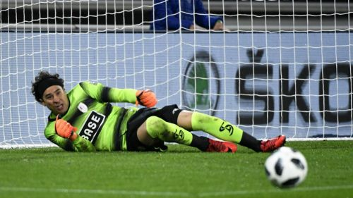 Standard rechaza oferta inicial del Napoli por Ochoa; siguen negociando