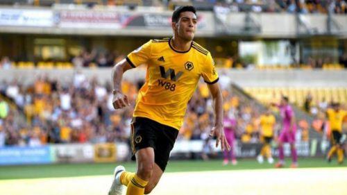 Raúl Jiménez marca su primer gol con el Wolverhampton ante Miguel Layún