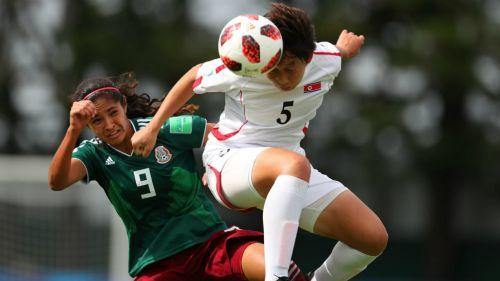 Espinosa lucha por el balón contra Pom Ui
