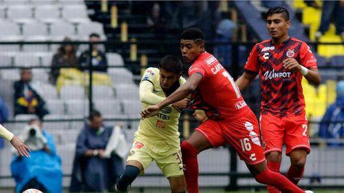 Fernando González y Wilder Cartagena disputan el balón en duelo de Copa