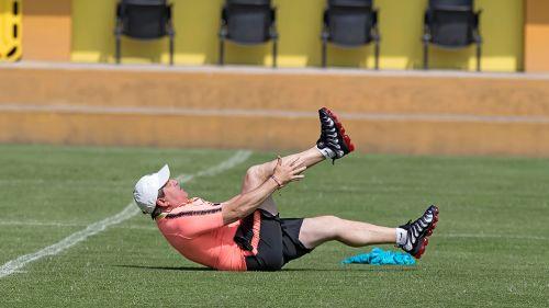 Miguel Herrera hace ejercicios durante entrenamiento