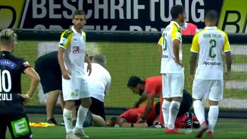 Jugadores auxilian a árbitro lesionado tras botellazo