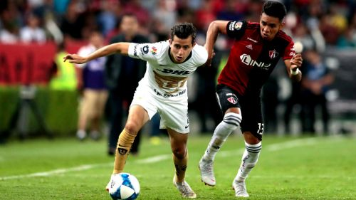 Alan Mozo disputa el balón durante un duelo con Pumas