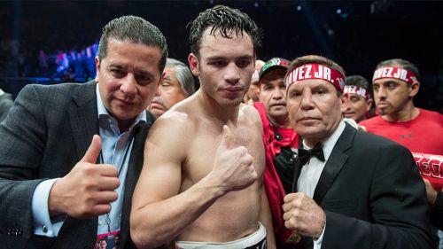 Chávez Jr. (centro) después de una pelea
