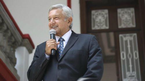 AMLO durante un discurso sobre la política de la medicina en el país