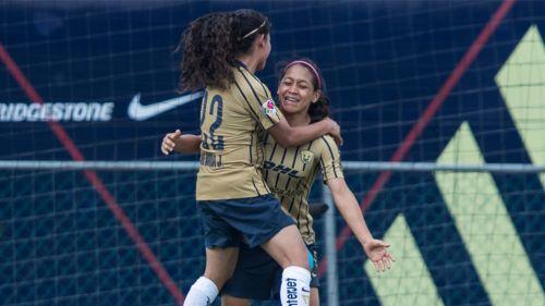 Jugadoras de Pumas celebran el gol de Edna Santamaría