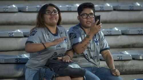 Aficionados de Monterrey en el desolado Olímpico de la BUAP