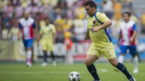 Salvador Cabañas en un partido de Clásicos de Leyendas