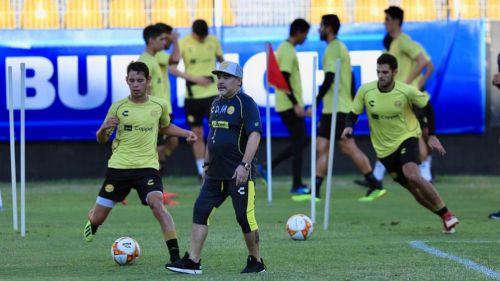 Maradona observa a sus jugadores en su primer entrenamiento con Dorados