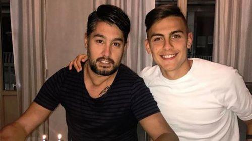 Paulo Dybala sonríe junto a su hermano, Gustavo