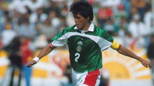 Claudio Suárez, en un juego con el Tri