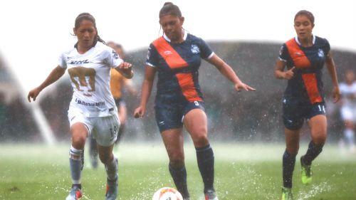 Jugadoras de Pumas y Puebla en acción