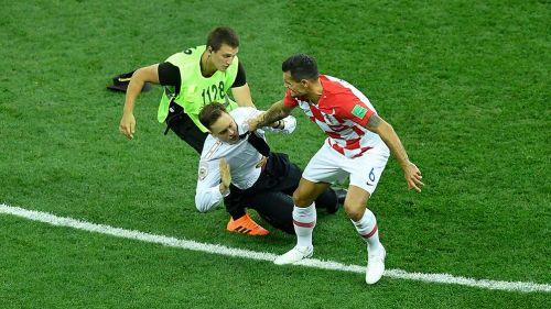 Integrante de Pussy Riot es sacado del terreno de juego en la Copa del Mundo de Rusia