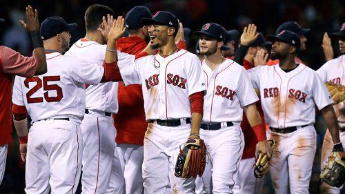 Jugadores de Boston celebran tras conseguir una victoria