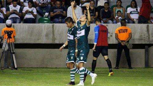 Ronaldo Cisneros apunta al cielo tras anotar al Atlas