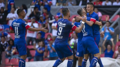 Jugadores de Cruz Azul celebran gol de Alvarado contra Veracruz