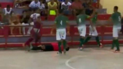 Árbitro es noqueado en partido de futbol sala