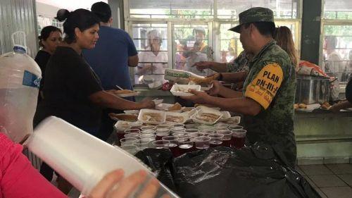 Miembros de la Sedena participan en labores de apoyo a damnificados en Sinaloa