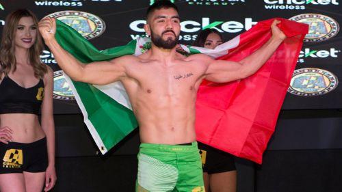 Eduardo Alvarado porta con orgullo la bandera de México