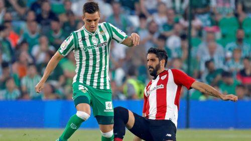 Francis Guerrero y Raúl García en disputa del balón