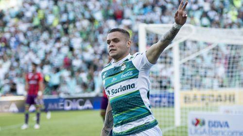 Jonathan Rodríguez festeja gol con Santos