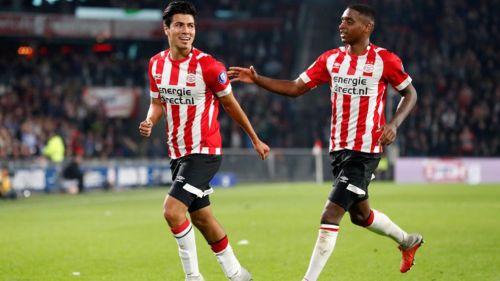 Erick Gutiérrez festeja un gol con el PSV