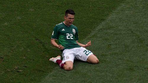 Chucky Lozano celebra un gol con México