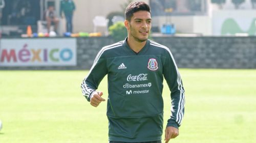 Raúl Jiménez durante un entrenamiento con el Tri